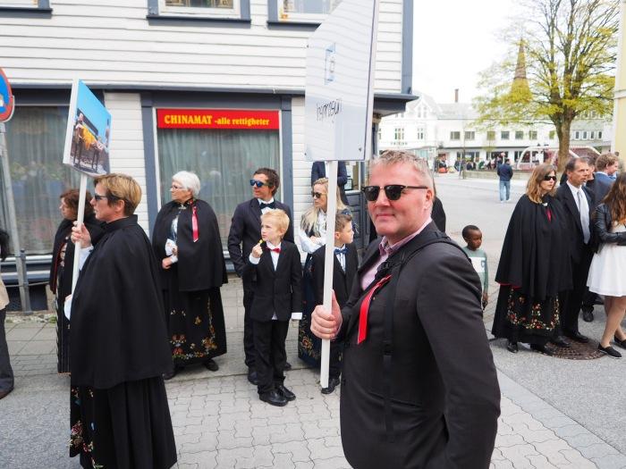 Tor Nilssen som stolt skiltbærer. Foto: Knut Ivar Skogland