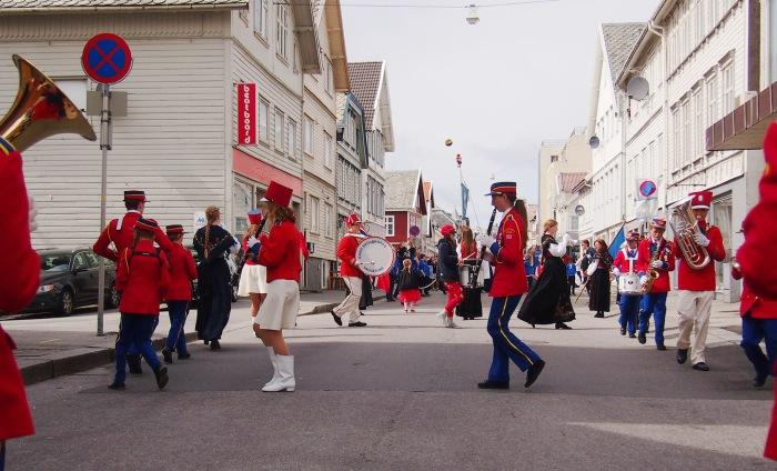 Korpset leker seg før toget går. Foto: Lilly Catalina Skogland