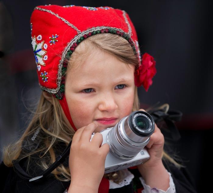 Yngste medlem, Lilly Catalina fotograferer fra Folketoget. Foto: Tor Nilssen